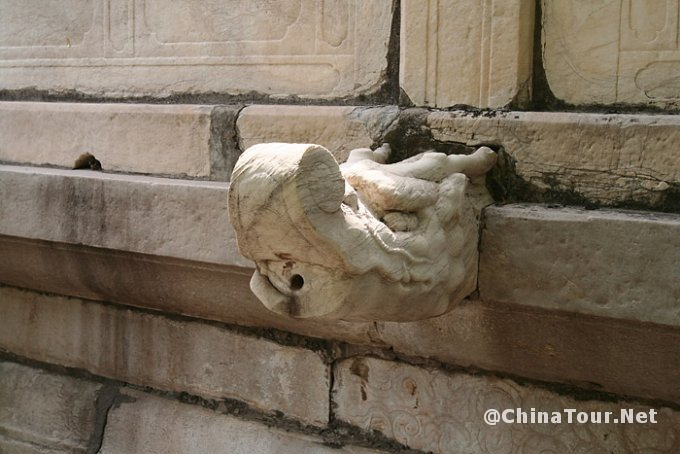 An artful and functional drainage spout on the side of the Ling'en hall.